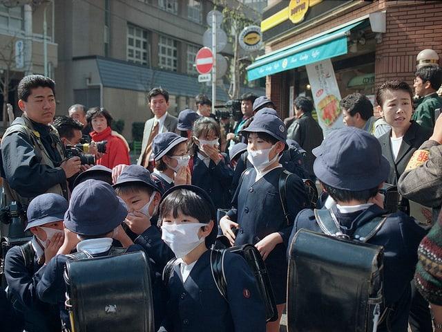 Schulkinder mit Atemschutzmasker in der Nähe der U-Bahn.