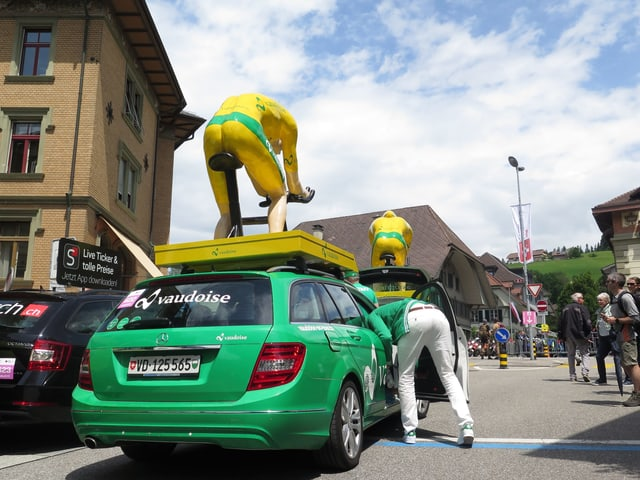 Sponsoren-Fahrzeug mit FIgur auf dem Dach.