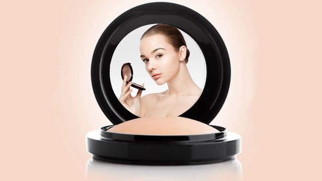 Frau in einem Make-up-Spiegel.