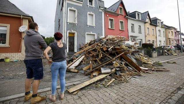 Ein Sturm mit unglaublicher Wucht: Bewohner in Petange stehen fassungslos vor den demolierten Häusern.