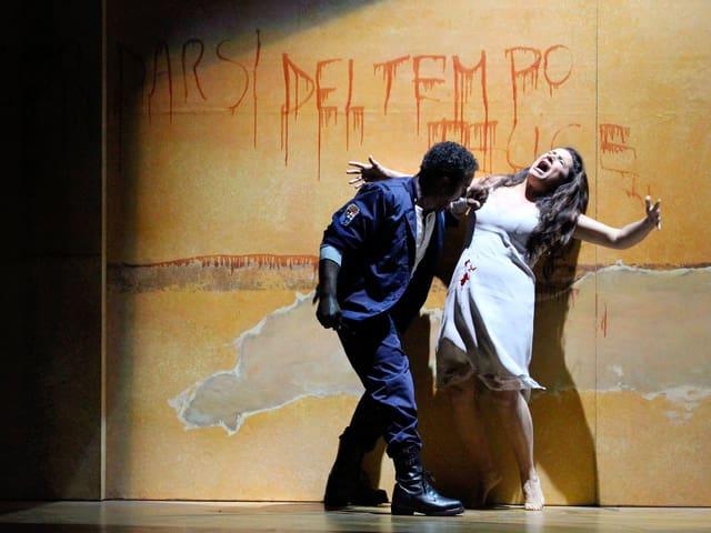 Ein Mann und eine Frau spielen auf einer Opernbühne das Stück «Otello».