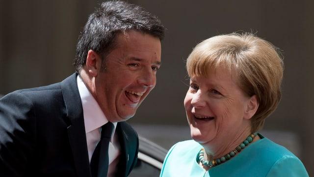 Matteo Renzi und Angela Merkel halten ein Spässchen ab.