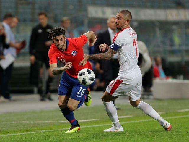 Serbiens Captain Aleksandar Kolarov (r.) im Zweikampf mit Chiles Angel Sagal.