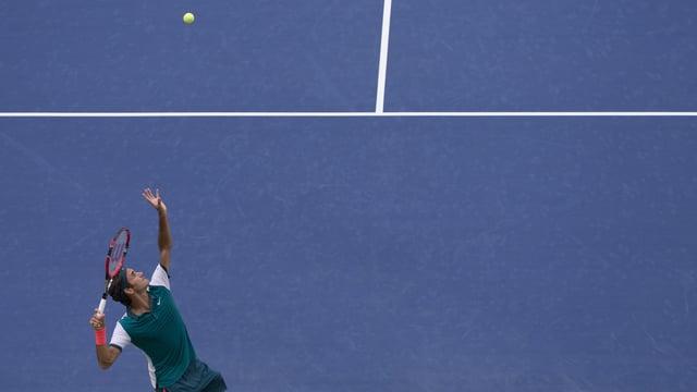 Roger Federer schlägt auf vor dunkelblauem Hintergrund.