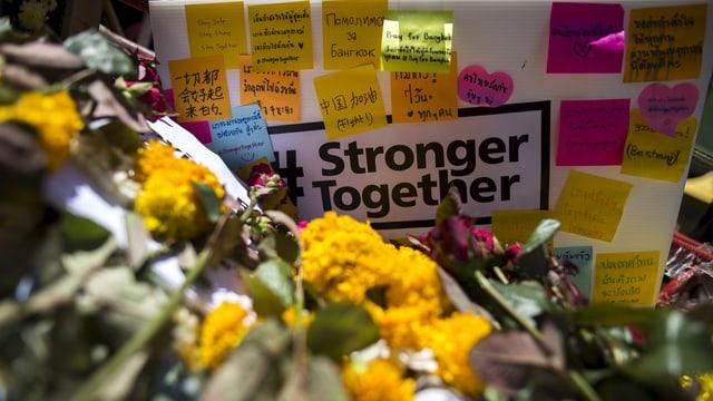 Blumen und Beileidsbriefe am Anschlagsort.