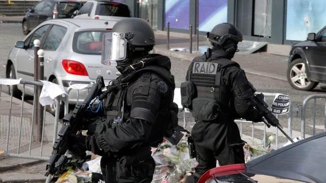 Zwei vermummte Polizisten vor dem Hyper-Cache-Supermarkt in Paris