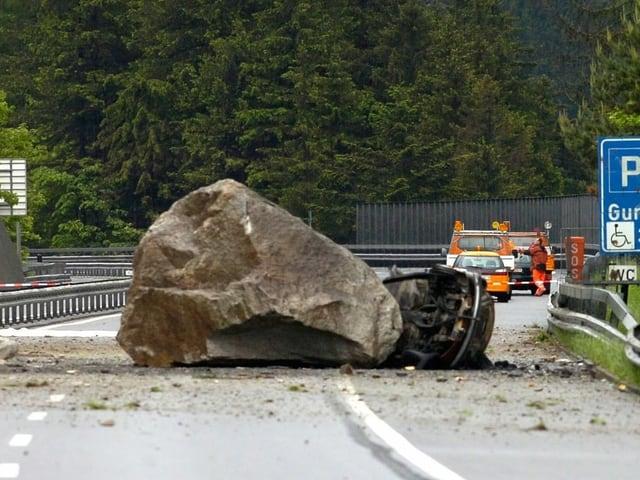 Felsbrocken auf der Autobahn - ein Auto darunter