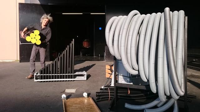 Georg Wiesmann räumt seine Instrumente zusammen