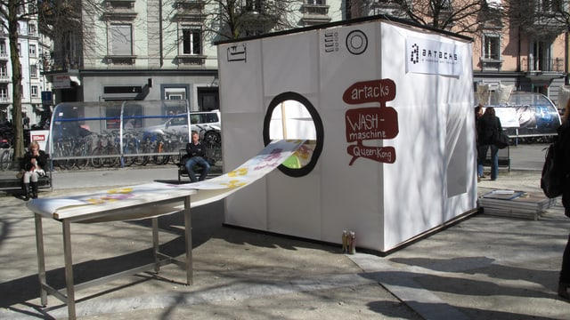 Waschmaschine aus Karton, die Bilder produziert