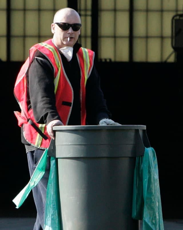 Boy George mit Mülleimer