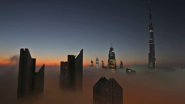 Der Burj Khalifa erhebt sich aus dem Nebel.
