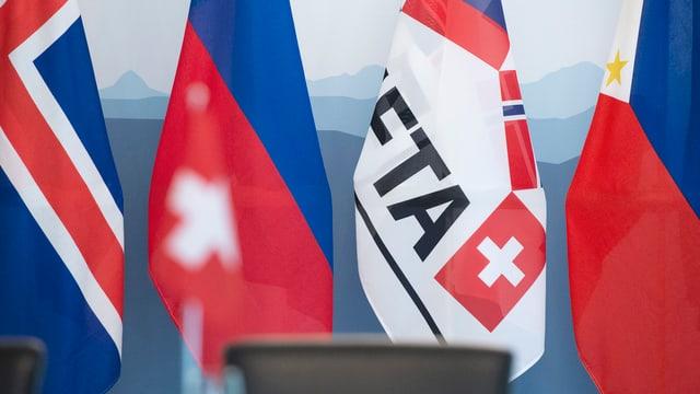 Bandieras da l'EFTA (Svizra, Islandia, Liechtenstein, Norvegia).