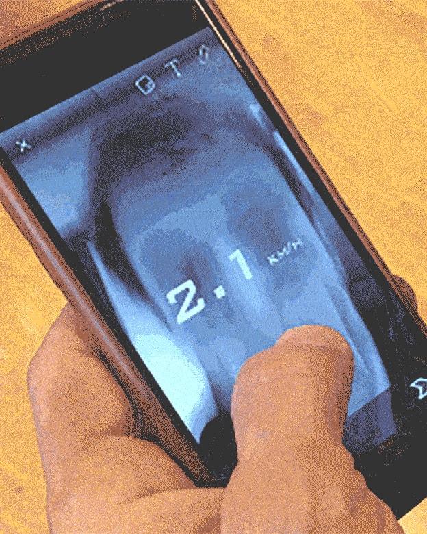 Ein Finger wischt über ein Smartphone.