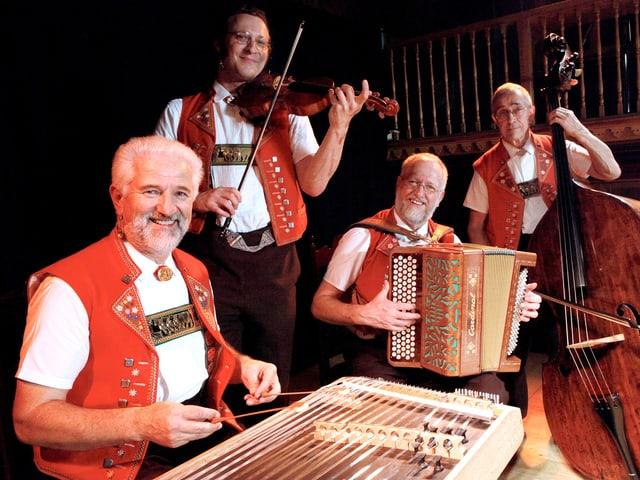 Vier Musiker in Appenzellertracht spielen Hackbrett, Violine, Akkordeon und Kontrabass.