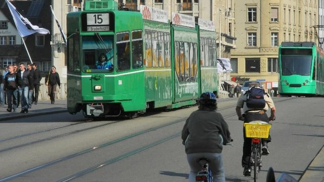 Tram und Veloverkehr auf der Mittleren Brücke