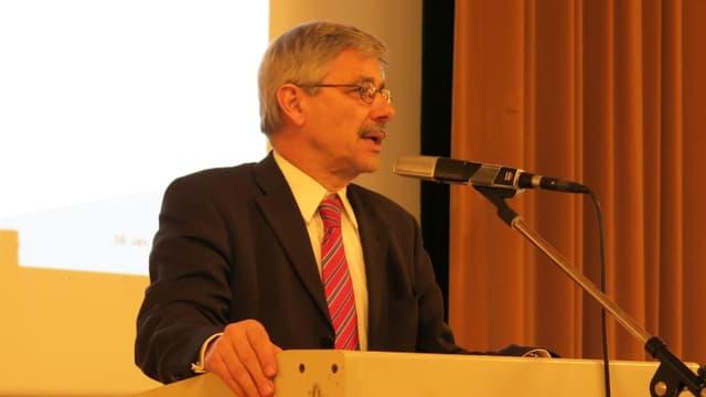 CVP-Regierungsrat Carlo Conti spricht in ein Stand-Mikrophon