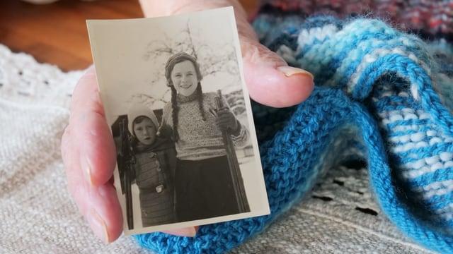 Ein schwarz-weisses Foto zweier Mädchen, in einer Hand gehalten.