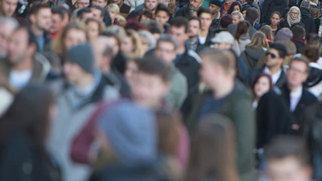 Menschenmenge, zum Teil unscharf