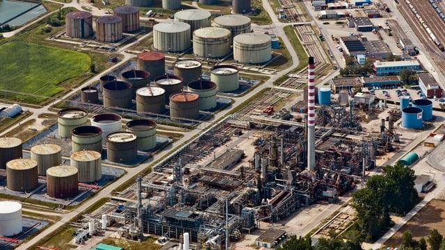 Eine Luftaufnahme der Raffinerie.
