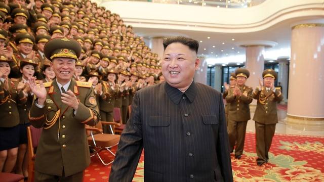 Der nordkoreanische Diktator Kim Jong Un, dahinter viele Sänger in Uniform