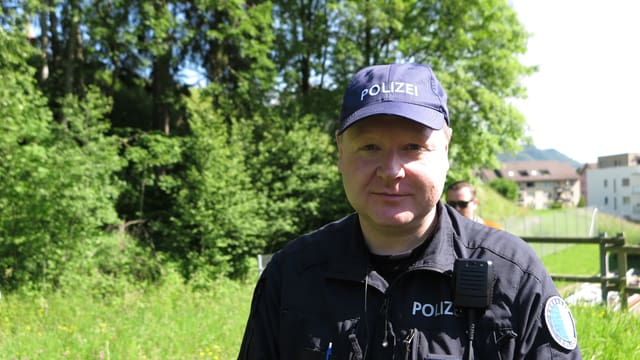 Ein Mann in Polizeiuniform.