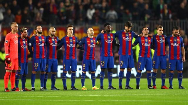 Die Spieler des FC Barcelona Gedenken der Opfer