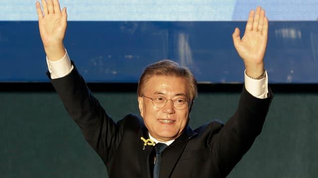 Il nov president da la Corea dal Sid Moon metta ad aut ses mauns per salidar ils votants.