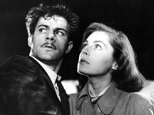 Ein Mann und eine Frau blicken in die gleiche Richtung.