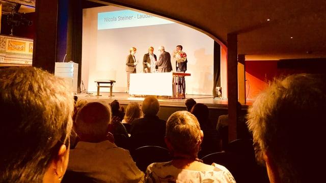 Karen Duve nimmt den Solothurner Literaturpreis 2019 im Stadttheater entgegen.