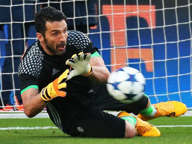 Buffon hält einen Ball