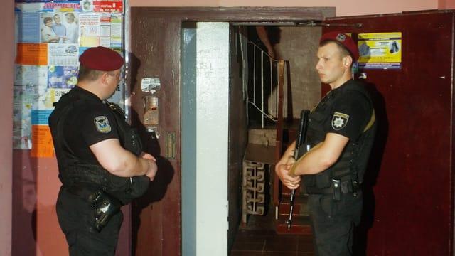 Polizisten vor Hauseingang