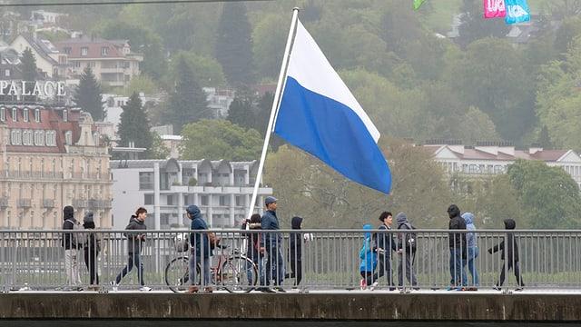 La punt dal lai a lucerna cun in bandiera dal chantun Lucerna.