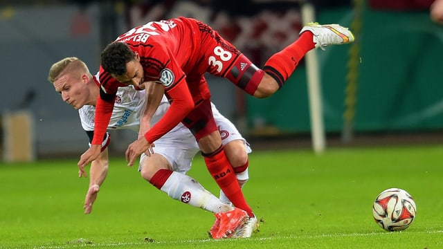 Leverkusen und Karim Bellarabi (Nummer 38) wären gegen den Unterklassigen beinahe ins Straucheln gekommen.