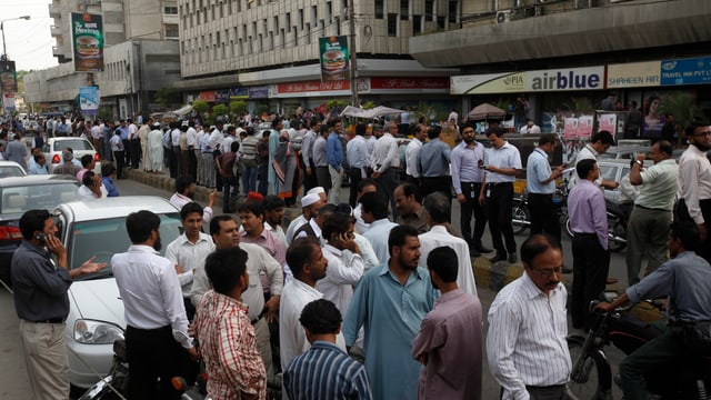 Menschen auf den Strassen von Karachi.