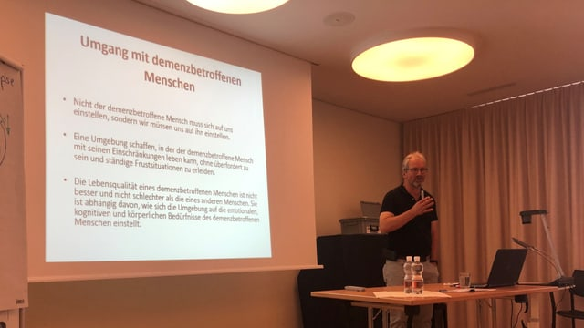 Raimund Klesse en il curs da demenza.