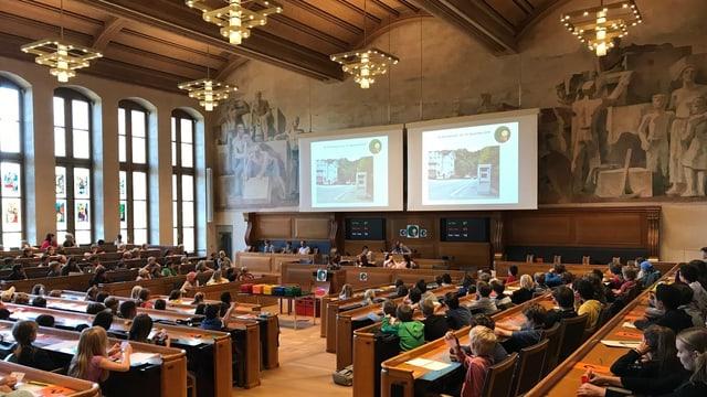 Kinder diskutieren im Ratshaus Bern während einer Session