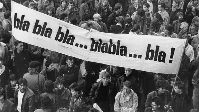 Demonstranten mit Plakaten «bla bla bla»