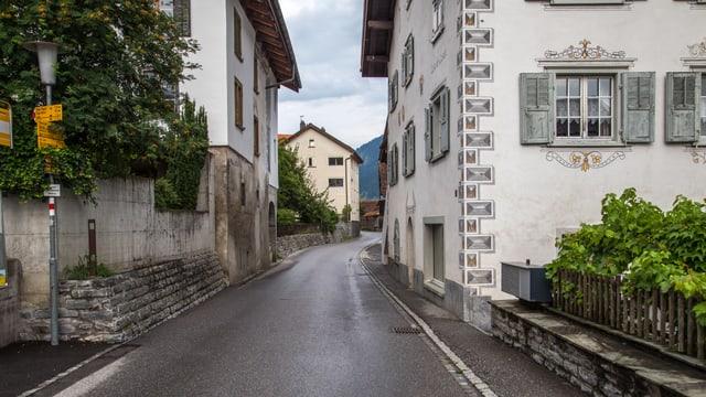 La via principala stretga e pittoresca.