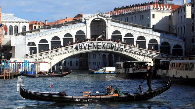 An der Rialtobrücke hängt ein Transparent mit der Aufschrift #Venexodus.