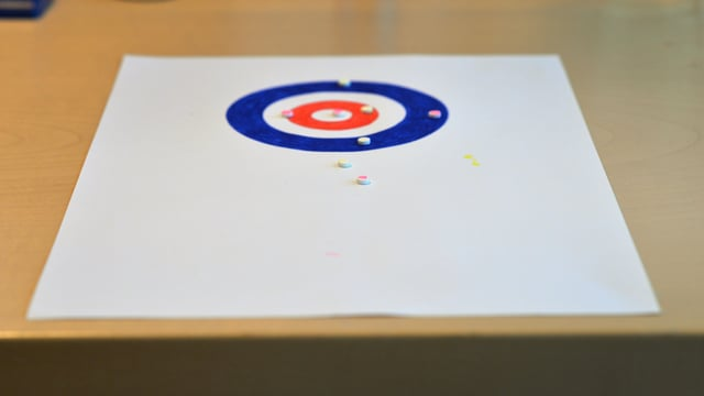 Blatt Papier mit eingezeichneten Kreisen.
