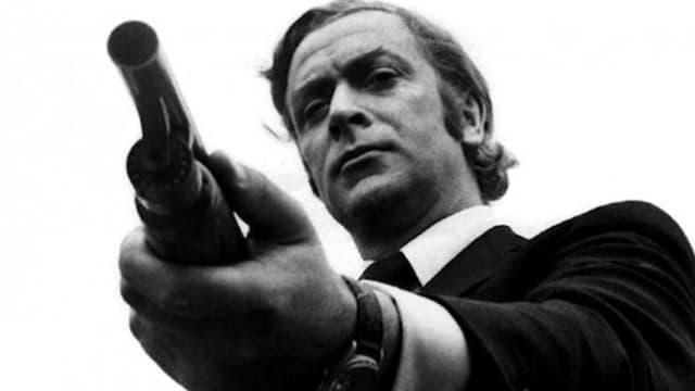 Bedrohlich: Michael Caine zielt mit dem Gewehr knapp am Betrachter vorbei.