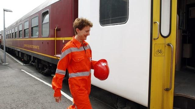 Simonetta Sommaruga steigt in einen Zug