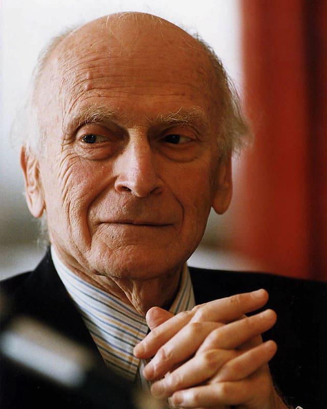 Porträt des gealterten Yehudi Menuhin mit verschränkten Händen.