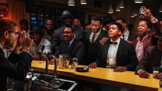 Schwarze Männer an einer Bar im Fokus eines Fotografen.