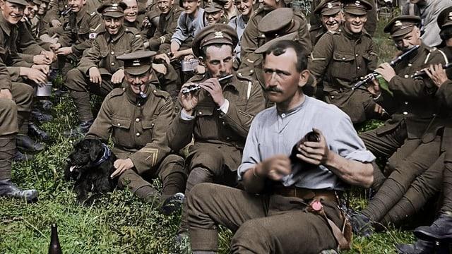 Musizierende Soldaten während des Ersten Weltkriegs.