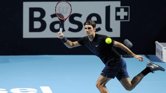 Roger Federer spielt eine Vorhand.