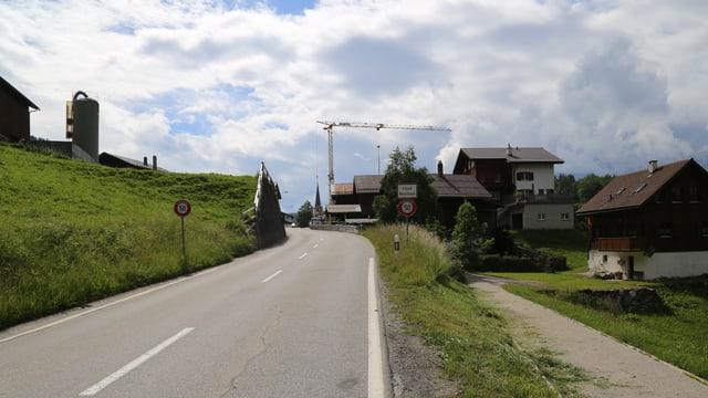 La via principala fa ina storscha a la entrada dal vitg da Flond