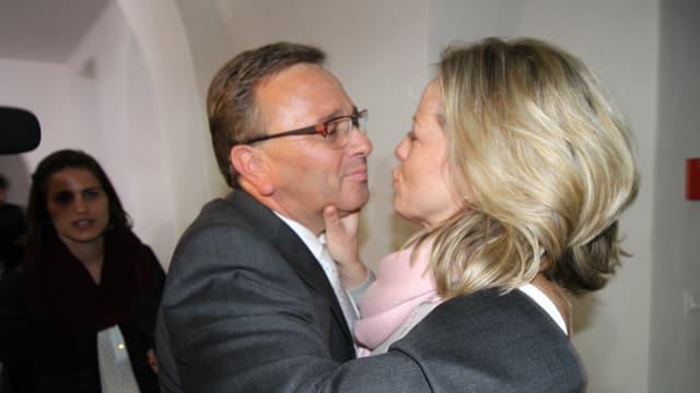 Roberto Schmidt küsst seine Frau.