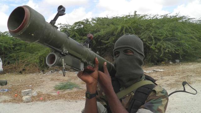Ein vermummter Kämpfer der radikal-islamischen Al-Shabaab-Miliz in Somalia.