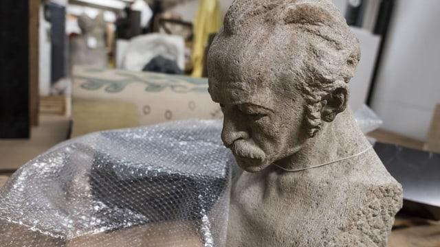 Purtret d'ina statua da crap en l'archiv da la Confederaziun.